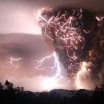Electrical storm during the Chaitén volcano eruption (Chana, Chilé: Carlos Gutierrez, May 2, 2008)
